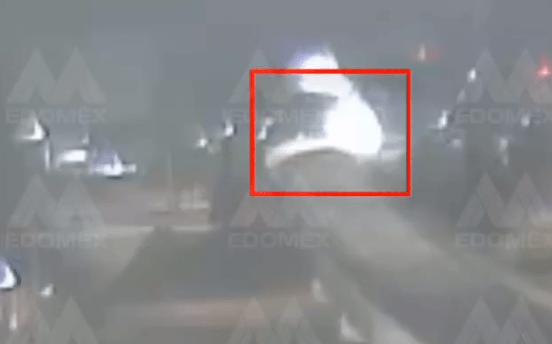 VIDEO: AUTO CAE DESDE PUENTE EN PASEO TOLLOCAN DEJANDO DOS MUERTOS