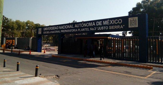 ENCAPUCHADAS TOMAN LA PREPA 3 DE LA UNAM