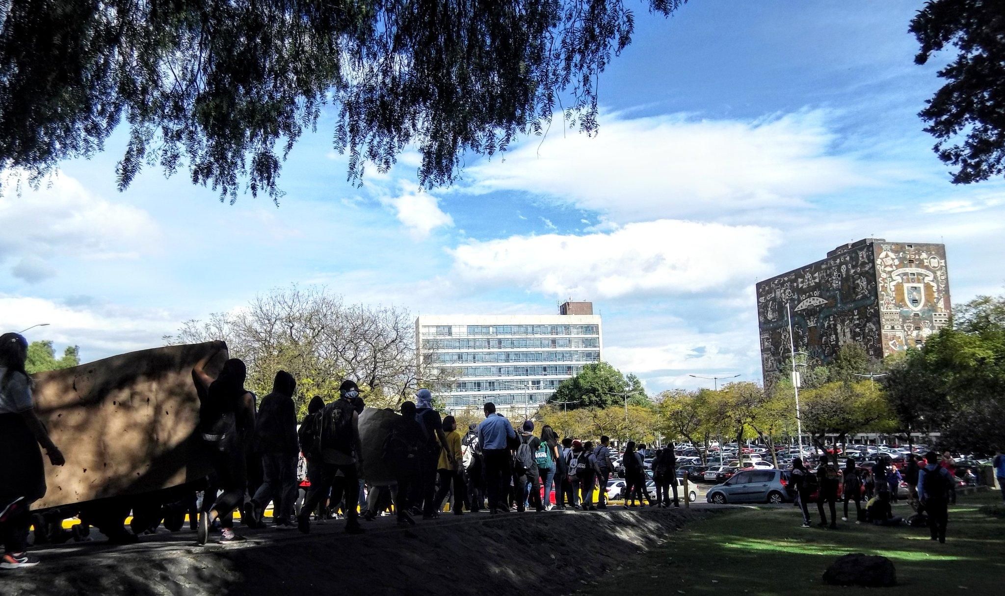 PARA ENTREGAR PLIEGOS PETITORIOS, ESTUDIANTES MARCHAN A RECTORÍA DE LA UNAM