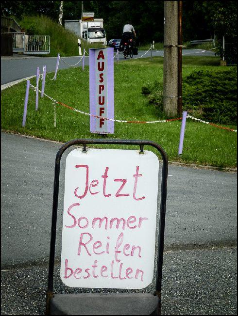 Hurra, endlich kommt der Sommer. Wer trägt so ein Schild noch Mitte Juni jeden Morgen vor die Tür und abends wieder herein?