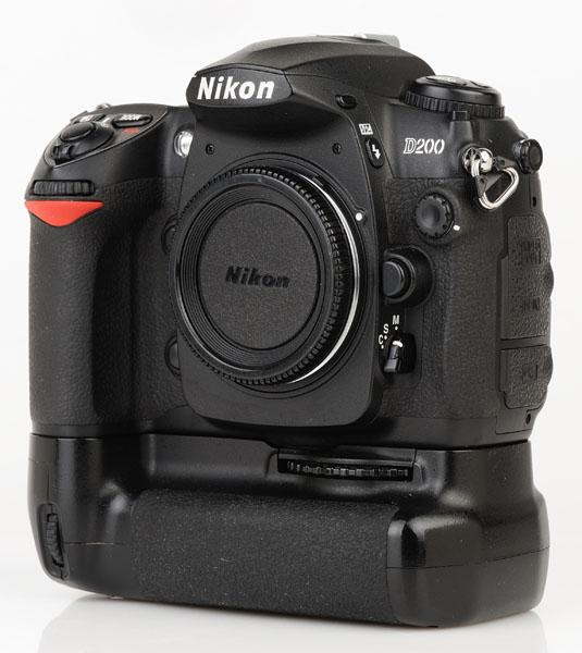 Nikon D200 cu grip MB-D200 front 3