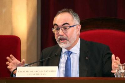 Dr. Arcadi Navarro en la presentación del libro Como Investigar