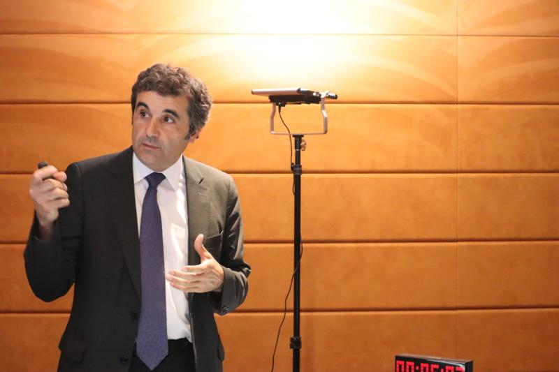 """El Dr. Jordi Martí en su ponencia """"Lectura de la información empresarial: de auditores a Blockchain"""""""