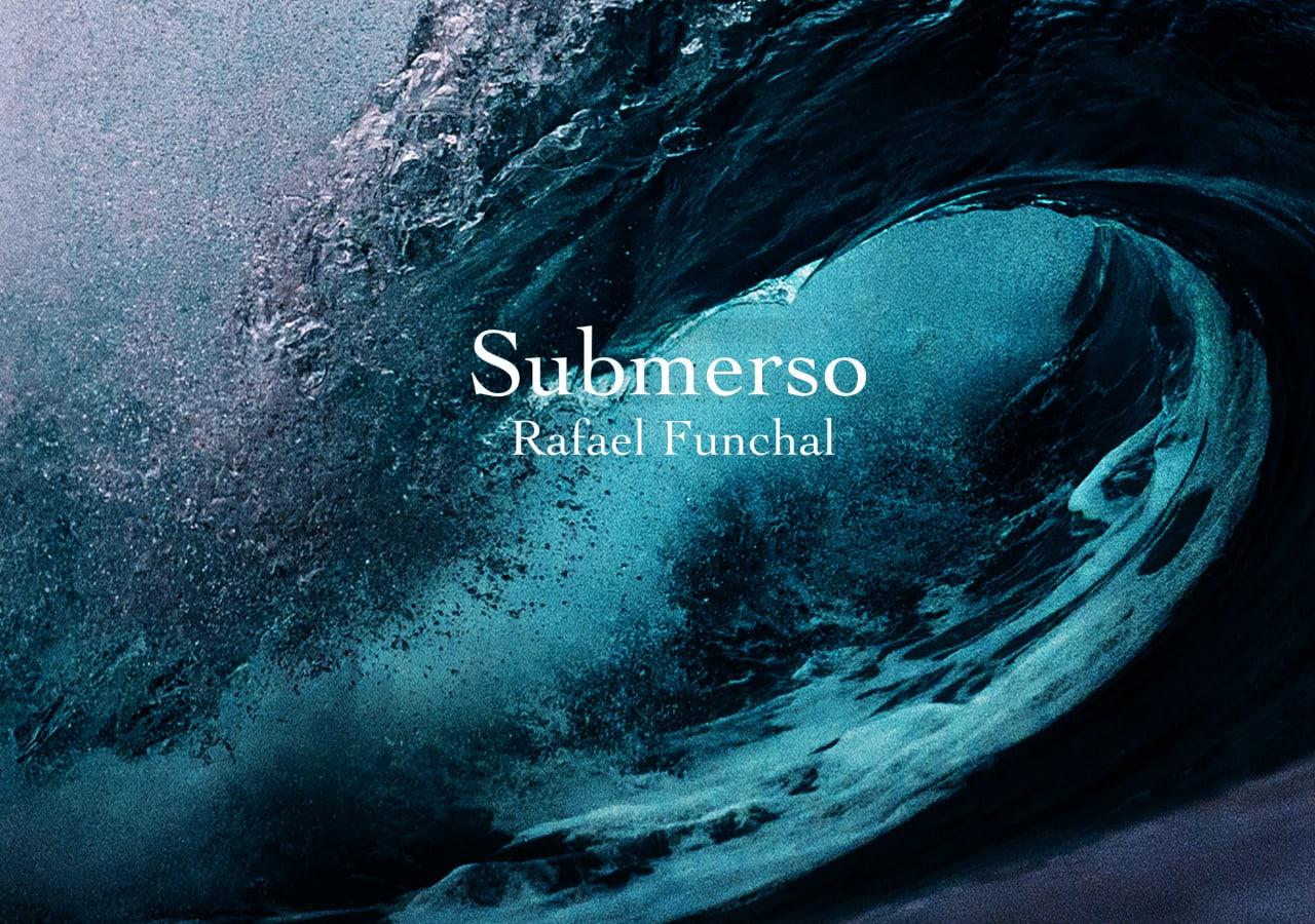 Onda do mar quebrando com o texto Submerso Rafael Funchal