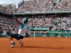 Troisième finale consécutive à Paris entre le roi de la terre et le roi du monde. Une fois encore, Nadal prend le dessus sur Federer, en quatre sets. Rafa réussi un triplé jamais vu depuis Bjorn Borg.