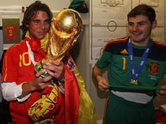 L'Espagne au sommet du sport mondial. Alors que Nadla enquille les titres, la Furia Roja est sacrée championne du monde de football pour la première fois en battant les Pays-Bas en finale. Nadal gagne le droit de porter le célèbre trophée. A ses côtés, Iker Casillas.