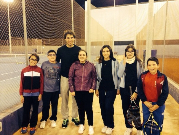 Rafa poses with kids in Es Centre, in Manacor (via escentremanacor.com)