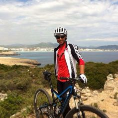 Rafael Nadalposes with his bicycle (April 30, 2014)