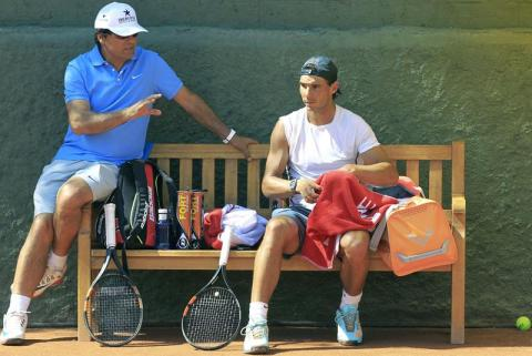 Rafael Nadal chats with Uncle Toni during his practice in Barcelona 2015 (1)