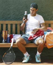 Rafael Nadal having a rest during his practice session in Barcelona 2015 (1)