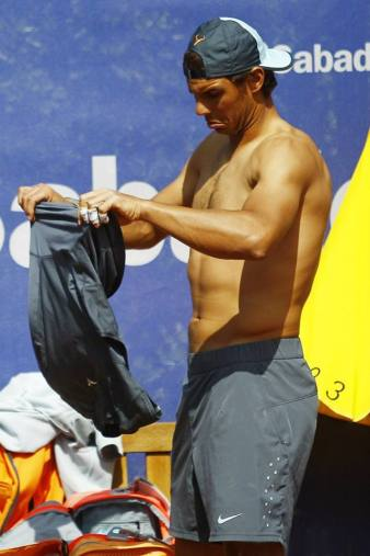 Shirtless Rafael Nadal practice Barcelona Open 2015 (1)