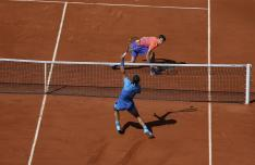 Spain's Rafael Nadal, front, smashes the ball to Russia's Andrey Kuznetsov during their third round match of the French Open tennis tournament at the Roland Garros stadium, Saturday, May 30, 2015 in Paris, France. (AP Photo/David Vincent)