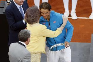 MADRID, 10/05/2015.- El tenista español Rafael Nadal (d) saluda a la reina Sofía (2-d), al término de la final del Mutua Madrid Open ante Andy Murray disputada esta tarde en la Caja Mágica, en Madrid. EFE/Juan Carlos Hidalgo