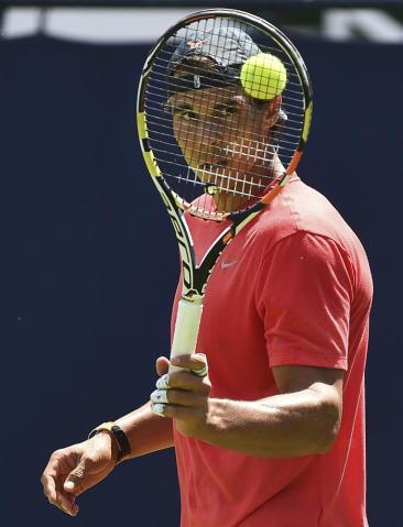 El tenista español, Rafael Nadal, participa en una sesión de entrenamiento, en el ámbito del torneo de tenis de Queens, en Londres (Reino Unido) hoy, lunes 15 de junio de 2015. EFE/Andy Rain