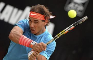 El tenista español Rafael Nadal devuelve una bola durante el partido de la segunda ronda del torneo de Stuttgart que disputa contra el chipriota Marcos Baghdatis en Stuttgart, Alemania, hoy, jueves 11 de junio de 2015. EFE/Marijan Murat