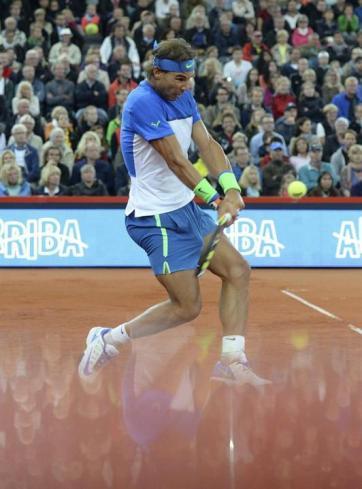 El tenista español Rafael Nadal devuelve la pelota a su compatriota, Fernando Verdasco, durante el partido de primera ronda del torneo de Hamburgo, Alemania, hoy, 28 de julio de 2015. EFE/Daniel Bockwoldt