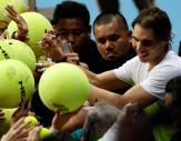 El tenista español Rafael Nadal, del Micromax Indian Aces, firma autógrafos al finalizar su partido de dobles de la segunda ronda de la Liga Asiática IPTL disputado contra el canadiense Daniel Nestor y el checo Tomas Berdych, del Obi UAE Royals, en Manila (Filipinas), hoy, 7 de diciembre de 3015. En este torneo compiten cinco equipos mixtos integrados por tenistas tanto profesionales como retirados. EFE/FRANCIS R. MALASIG