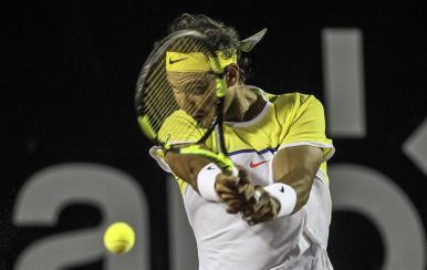 El tenista español Rafael Nadal en acción contra el jugador español Pablo Carreño Busta hoy, martes 16 de febrero de 2016, durante la primera ronda del Abierto de Tenis de Río de Janeiro en la ciudad de Río de Janeiro (Brasil). EFE/ Antonio Lacerda.