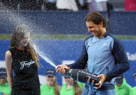 El tenista español Rafael Nadal celebra su victoria en el Barcelona Open Banc Sabadell Trofeo Conde de Godó tras vencer en la final al japonés Kei Nishikori. EFE/Toni Albir