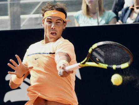 El tesnista español Rafael Nadal devuelve la pelota al australiano Nick Kyrgios durante su partido de octavos de final del Master 1000 de Roma disputado hoy, 12 de mayo de 2016, en Roma, Italia. EFE/Claudio Onorati