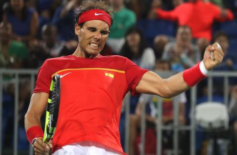 El tenista español Rafael Nadal en acción contra el argentino Juan Martín Del Potro hoy, lunes 8 de agosto de 2016, en el marco de los Juegos Olímpicos Río 2016 en Río de Janeiro (Brasil). EFE/FERNANDO MAIA