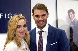 El tenista Rafa Nadal, junto a la actriz Marta Hazas, durante la presentación hoy de la campaña de Otoño 2016 de Tommy Hilfiger de la que es embajador. EFE/Javier Liaño