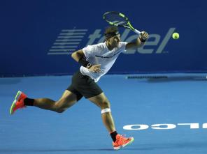 El español Rafael Nadal devuelve una bola al alemán Mischa Zverev hoy, 28 de febrero de 2017, en un partido del Abierto Mexicano de Tenis que se desarrolla en el puerto mexicano de Acapulco. EFE/José Méndez