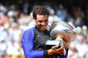 Spain's Rafael Nadal poses with his trophy after winning the men's final tennis match against Switzerland's Stanislas Wawrinka at the Roland Garros 2017 French Open on June 11, 2017 in Paris. / AFP PHOTO / Eric FEFERBERG (June 10, 2017 - Source: AFP)