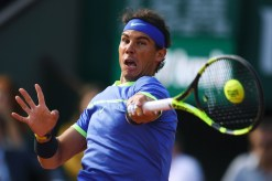 Spain's Rafael Nadal returns the ball to Austria's Dominic Thiem during their semifinal tennis match at the Roland Garros 2017 French Open on June 9, 2017 in Paris. / AFP PHOTO / GABRIEL BOUYS (June 8, 2017 - Source: AFP)