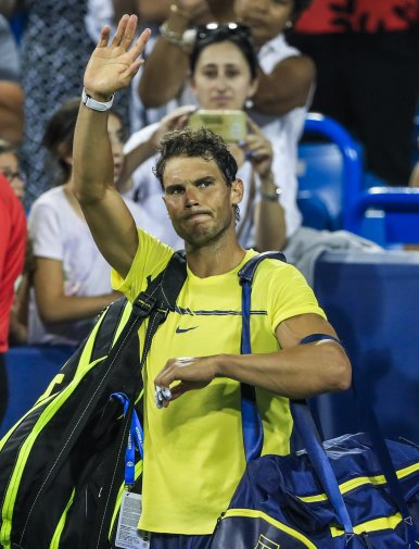 THM98. Mason (United States), 18/08/2017.- Rafael Nadal of Spain waves as he leaves the court after being defeated by Nick Kyrgios of Australia during the Western & Southern Open tennis tournament at the Linder Family Tennis Center in Mason, Ohio, USA, 18 August 2017. (España, Abierto, Tenis, Estados Unidos) EFE/EPA/TANNEN MAURY