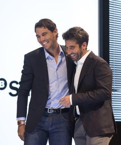"""GRA561. MÁLAGA, 19/09/2017.- Los tenistas Rafa Nadal (i) y Marc López participan en el encuentro """"Más Respuestas Inmediatas con Rafa Nadal y Marc López"""" organizado hoy en Málaga por el Banco Sabadell. EFE/Daniel Pérez"""