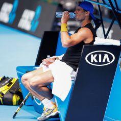 ML01. MELBOURNE (AUSTRALIA), 10/01/2019.- El tenista español Rafael Nadal toma un descanso durante una sesión de práctica en la pista Rod Laver Arena hoy, para el Abierto de Australia, en Melbourne (Australia). Nadal, segundo clasificado mundial, completó sin molestias su primer entrenamiento en Melbourne, donde compartió sesión de trabajo con el sudafricano Kevin Anderson. EFE/DANIEL POCKETT PROHIBIDO SU USO EN AUSTRALIA Y NUEVA ZELANDA