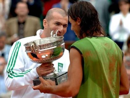 C'est Zinédine Zidane en personne qui remet la Coupe des Mousquetaires à Nadal. Personne n'imagine qu'il remportera sept titres de plus Porte d'Auteuil. Néanmoins, chacun pressent bien que ce premier sacre terrien ne sera pas le dernier...