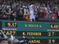 Il est 21h17 à Londres, 22h17 à Paris et il fait quasiment nuit noire lorsque Nadal grimpe à la tribune pour aller fêter sa victoire historique avec son clan. Il est le premier joueur depuis Borg à réussir le doublé Roland-Garros/Wimbledon. Une page d'histoire vient de s'écrire.