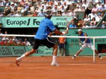 De façon inévitable, Nadal et Federer se retrouvent encore en finale, à Roland-Garros. Rafa prend un cinglant 6-1 lors d'un premier set survolé par la maestria du Bâlois. Mais il ne tient pas la distance et Nadal s'impose en quatre sets.