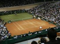 La bataille des surfaces. Avant Roland-Garros 2007, Nadal et Federer se prêtent à ce drôle de match sur un court à moitié sur gazon, à moitié sur terre battue, à Palma de Majorque. Pour l'anecdote, Nadal l'emporte 7-5, 4-6, 7-6.