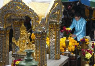 Spain's Rafael Nadal, who is in Bangkok for an exhibition game against world No. 1 Novak Djokovic.visits the Erawan Shrine in central Bangkok, Thailand, Friday, Oct. 2, 2015. A bomb exploded near Erawan Shrine on Aug. 17, killing 20 people and injuring more than 120. (AP Photo/Mark Baker)