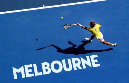 El tenista español Rafael Nadal devuelve la bola a su compatriota Fernando Verdasco durante su partido de primera ronda del Abierto de Australia de tenis disputado en Melbourne, hoy, 19 de enero de 2016. EFE/Mast Irham