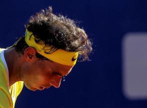 El tenista español Rafael Nadal devuelve una bola al italiano Paolo Lorenzi hoy, viernes 12 de febrero de 2016, durante un partido por los cuartos de final del torneo ATP de Buenos Aires (Argentina). EFE/David Fernández