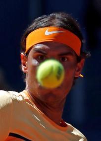 El tenista español Rafael Nadal devuelve la pelota al ruso Andrey Kuznetsov durante el partido de primera ronda hoy en el torneo Mutua Madrid Open que se disputa en la Caja Mágica. EFE/Juanjo Martín