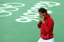 02/08/2016.- El español Rafael Nadal (c) sale a la cancha para hablar con la prensa hoy, martes 2 de julio de 2016, después de su entrenamiento en el Centro de Tenis en Río de Janeiro (Brasil), en el marco de los Juegos Olímpicos de Río 2016, que se inaugurarán el próximo 5 de agosto. EFE/José Méndez