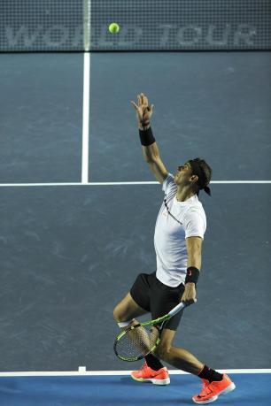 El español Rafael Nadal sirve al alemán Mischa Zverev hoy, 28 de febrero de 2017, en un partido del Abierto Mexicano de Tenis que se desarrolla en el puerto mexicano de Acapulco. EFE/José Méndez