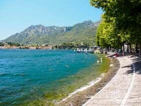 Brzeg jeziora wzdłuż miejscowości Lecco
