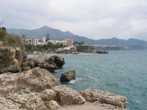 Visitare Nerja - Il Balcon de Europa visto da Playa Torrecilla