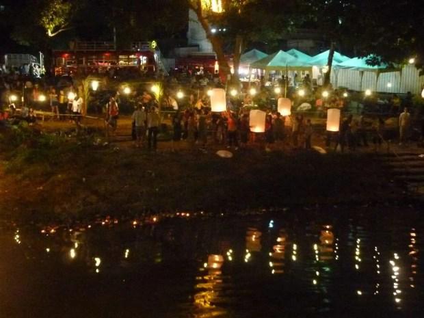 Il festival delle lanterne visto dalla sponda del fiume