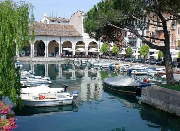Il centro di Desenzano del Garda con il porto canale