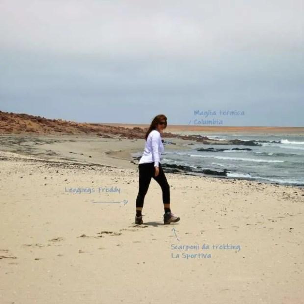 Con i miei abiti da viaggio sulla Skeleton Coast in Namibia