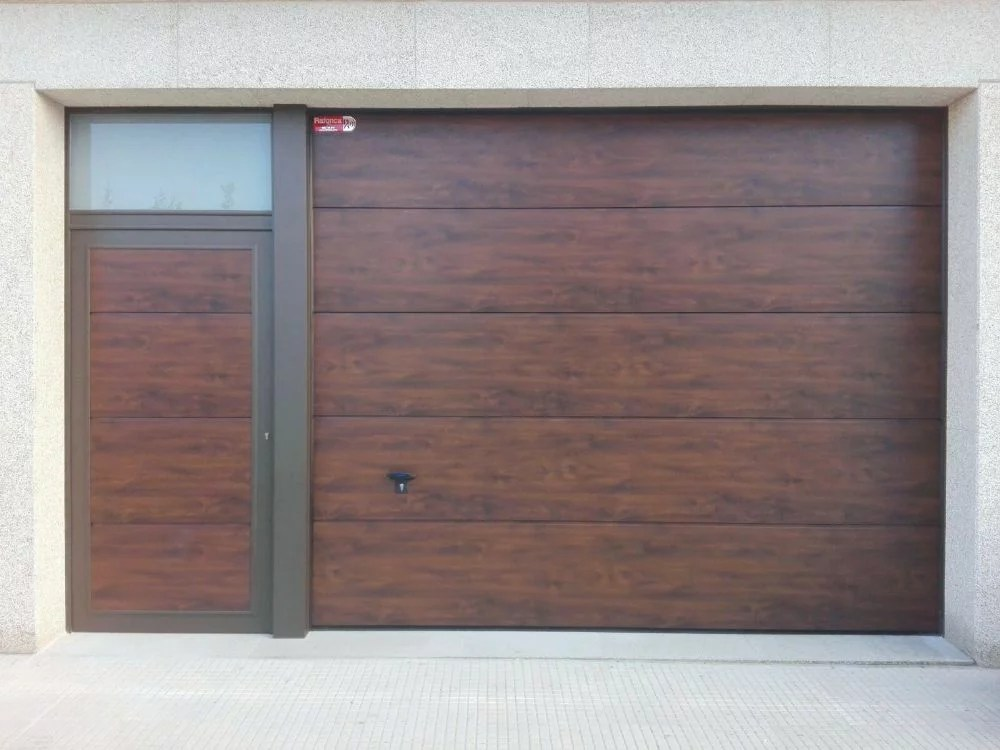 Puerta seccional Novoferm ISO 45 con peatonal adosada