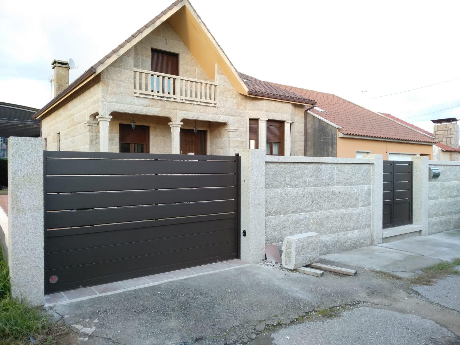 Portal corredera y peatonal de aluminio instalados en A Illa de Arousa 2