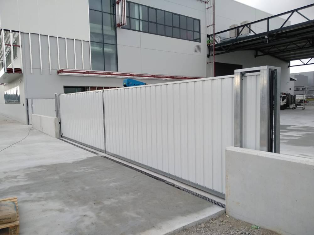Portales corredera y batiente industriales instalados en Nigrán (Pontevedra) 3